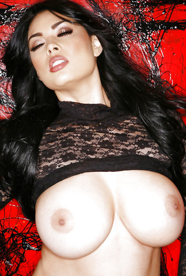 Voluptuous pornstar Tera Patrick exposes big boobs
