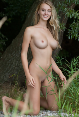 natural blonde Carisha outdoor posing